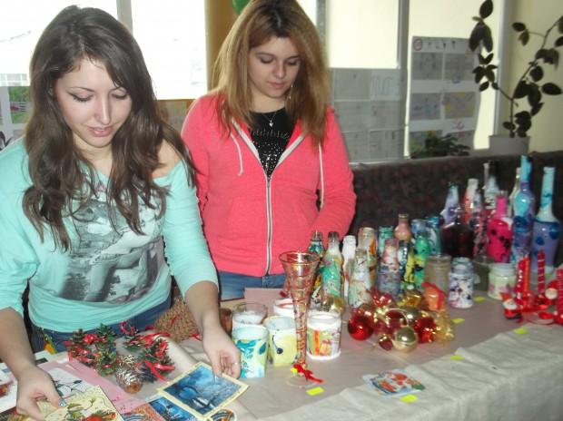 Ръчно рисувани картички, чаши и бутилки изложиха във фоайето на училището инициаторите на благотворителния базар