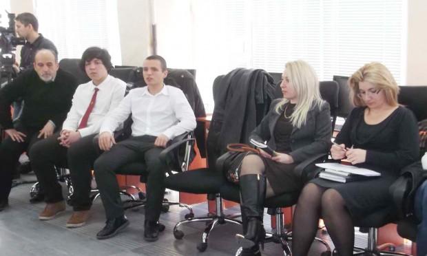 Двама от изявените зрелостници в областта на IT технологиите - Симеон Марлоков и Николай Даков, заедно с тримата преподаватели, работили по проекта - Стоян Зайков, Пепа Илкова и Веселина Карапеева.