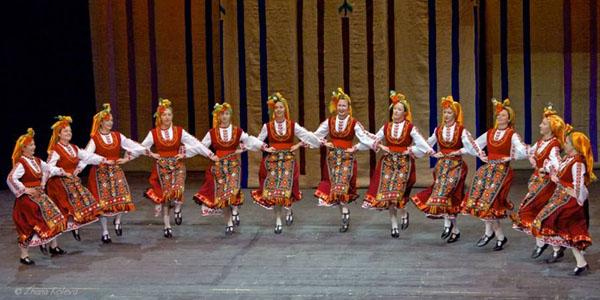 """Фолклорен танцов ансамбъл """"Иглика""""."""