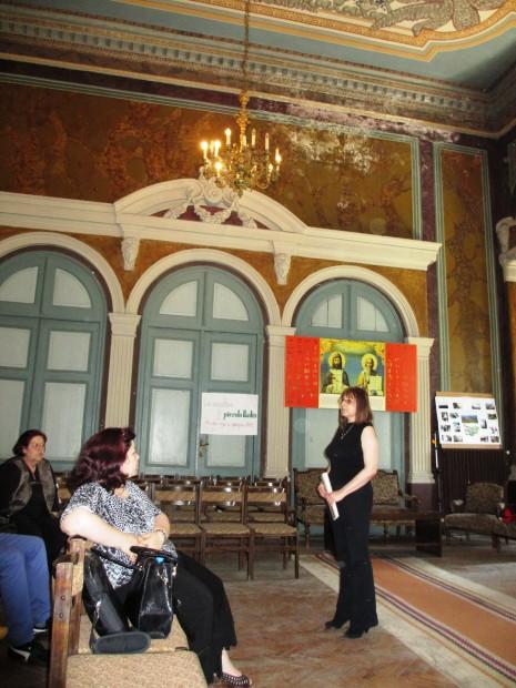 """Методистът от НБ """"Иван Вазов"""" Таня Пилева на дискусията в Хуманитарната гимназия, по чиято идея стартира кампания за възраждане на училищните библиотеки."""