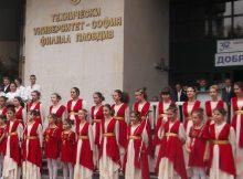 """Хор """"Евмолпея"""" изпълни на живо """"Ода на радостта"""" и студентския химн, а оркестърът на музикалното училище изсливи националния химн на церемонията по откриването пред централния корпус на Техническия университет."""