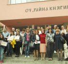 """Участници, жури и организатори си направиха обща снимка пред ОУ """"Райна Княгиня"""", където се проведе олимпиадата."""
