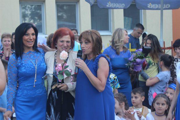Директорът Людмила Тошева приветства децата, родителите и наградените.