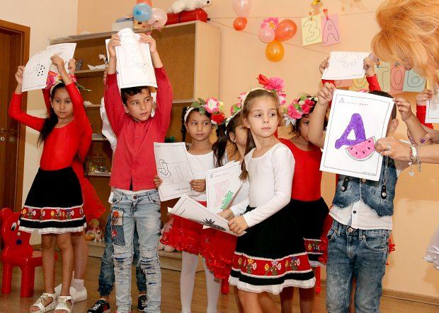 """Децата се справят вече не само с буквите, но знаят наизуст и """"Аз съм българче""""."""