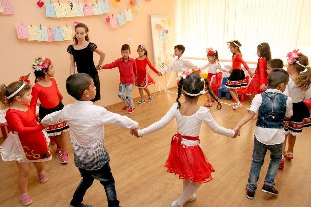 Кандидат-първолаците показаха танцувални умения и се уловиха на хоро.
