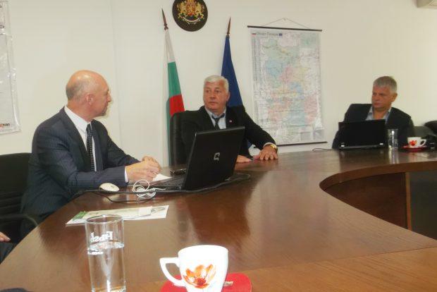 """Директорът на МГ Ивайло Старибратов, областният управител Здравко Димитров и Красимир Стоянов - управител на """"Орак инженеринг"""" дадоха старт на проекта по националната програма."""