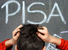 """APA3233397-2 - 02122010 - WIEN - ÖSTERREICH: ZU APA-TEXT II - THEMENBILD - Illustration zum Thema """"PISA-Studie"""": Die offiziellen Ergebnisse der PISA-Studie 2009 werden am 7. Dezember 2010 präsentiert. In Österreich wurden im April und Mai 2009 rund 6.500 Schüler des Jahrgangs 1993 in den Kompetenzbereichen Mathematik und Naturwissenschaften geprüft. Aufgrund negativer Atmosphäre während der Testphase wird die OECD von Vergleichen mit den Ergebnissen früherer PISA-Untersuchungen für Österreich absehen. Im Bild rauft sich ein Schüler am 6. Dezember 2004 vor einer Schultafel die Haare, auf der das Wort PISA geschriebenen steht (ARCHIVBILD). APA-FOTO: DPA/Jens Büttner"""